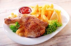 Изысканные вкусные цыпленок и фраи на белой плите Стоковое Изображение RF