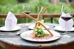 Изысканные закуски с бокалом вина стоковая фотография rf