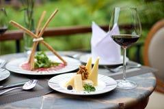 Изысканные закуски с различными сыром и вином стоковая фотография rf