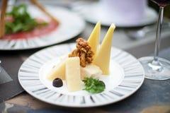 Изысканные закуски с различным сыром стоковая фотография