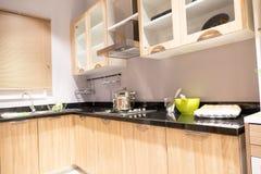 Изысканные новые характеристики кухни нутряная кухня самомоднейшая стоковая фотография rf