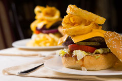 Изысканные Cheeseburgers сложили максимум с отбензиниваниями Стоковые Фотографии RF
