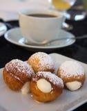 Изысканные donuts и чашка кофе Стоковые Изображения
