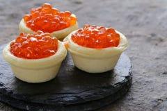 Изысканные tartlets с красной икрой Стоковая Фотография RF