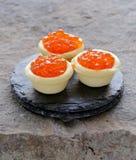 Изысканные tartlets с красной икрой Стоковые Фото