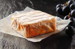 Изысканный блок постаретого сыра с виноградинами Стоковое Изображение RF