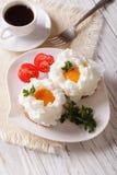 Изысканный завтрак: яичка Orsini и конец-вверх кофе вертикально Стоковые Фотографии RF