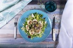 Изысканный салат с семенами, соусом vinaigrette, оливками и грибами Здоровая еда лета стоковая фотография