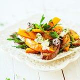 Изысканный свежий салат лета при зажаренная в духовке тыква Стоковое фото RF