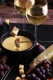Изысканный швейцарский обедающий фондю на вечере зимы с сортированным ch Стоковая Фотография