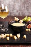 Изысканный швейцарский обедающий фондю на вечере зимы с сортированным ch Стоковое Фото