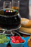 Изысканный швейцарский обедающий фондю с сортированными сырами и heated баком фондю сыра с окунать и некоторым вилки Стоковое Изображение
