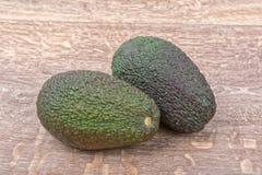 2 из авокадоа на деревянной предпосылке Стоковые Изображения RF