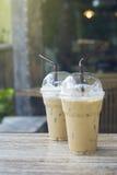 2 из взятия прочь заморозили кофейную чашку положенную на деревянный стол на кафе кофе запачканная предпосылка Селективный фокус Стоковое Фото