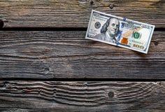 100 из долларов США на старой деревянной предпосылке Стоковые Фотографии RF