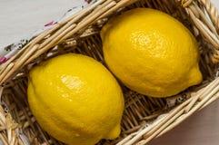 2 из лимона в плетеной корзине Стоковые Изображения RF