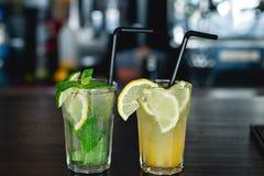 2 из освежая лимонада с лимоном и известкой Стоковое Изображение