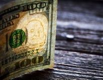 100 из долларов США на старой деревянной предпосылке Деньги, состав дела Стоковая Фотография
