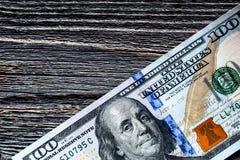 100 из долларов США на старой деревянной предпосылке Стоковое Фото