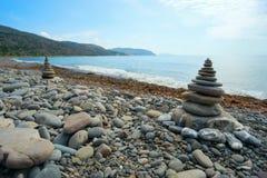 2 из пирамиды от камешка моря на пляже Стоковое Изображение