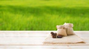 2 из пустых конусов сумки и сосны мешка пеньки на деревянном floo столешницы Стоковая Фотография RF