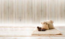 2 из пустых конусов сумки и сосны мешка пеньки на деревянном floo столешницы Стоковое Изображение RF