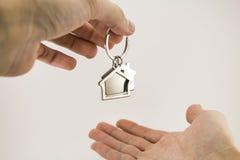 Из рук в руки, новое свойство квартиры Стоковое Изображение