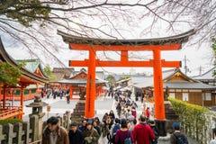 100 из туристов входят в висок Fushimi Inari Стоковые Фотографии RF