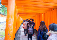 100 из туристов входят в висок Fushimi Inari Стоковое Изображение RF