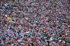 100 из тысяч католических паломников моля в внешнем Стоковые Фотографии RF