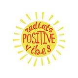 Излучайте положительные флюиды Вдохновляющая цитата о счастливом иллюстрация вектора