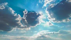 Излучающее небо с тенями облаков Стоковые Фотографии RF