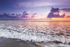 Излучающий заход солнца пляжа моря Стоковое Изображение RF
