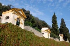 4 из 7 церков заводов каперсов и больших кипарисов в Monselice через холмы в венето (Италия) Стоковая Фотография RF