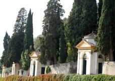 4 из 7 церков заводов каперсов и больших кипарисов в Monselice через холмы в венето (Италия) Стоковое фото RF