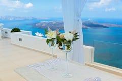 2 из wedding стекел с цветками на таблице Стоковое Изображение RF