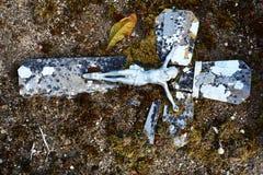 Иисус на старом и выдержанном сломанном кресте Стоковое Фото