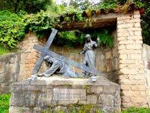 Иисус нося крест Стоковые Фотографии RF