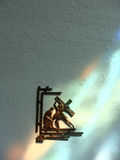Иисус умер на перекрестной статуе на стене стоковая фотография rf