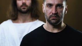 Иисус Христос кладя руку на нервное плечо человека, помогая сделать правый выбор сток-видео