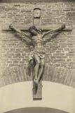 Иисус Христос на кресте перед стеной Стоковые Изображения