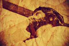 Иисус Христос нося святой крест, с ретро влиянием стоковые фотографии rf