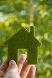 икона дома удерживания руки eco стоковые изображения