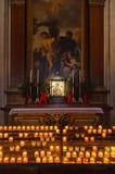 Икона и свечки в соборе на Зальцбург Австралии стоковое фото rf