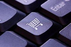 Икона магазинной тележкаи на клавише на клавиатуре компьютера стоковое фото rf