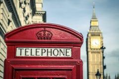 Иконическая великобританская старая красная телефонная будка Стоковые Изображения RF