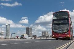Иконическая красная шина пересекает мост Ватерлоо Лондона Стоковые Фотографии RF