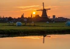 Иконический заход солнца ветрянки в Zaanse Schans Стоковая Фотография