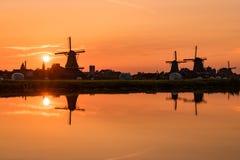 Иконический заход солнца ветрянки в Zaanse Schans Стоковые Фотографии RF