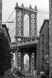 Иконический мост Манхэттена от Dumbo в Бруклине, Нью-Йорке, США стоковое изображение rf